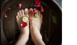 足を洗う写真