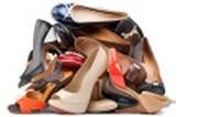 靴箱でホコリを被ったパンプスのイメージ画像